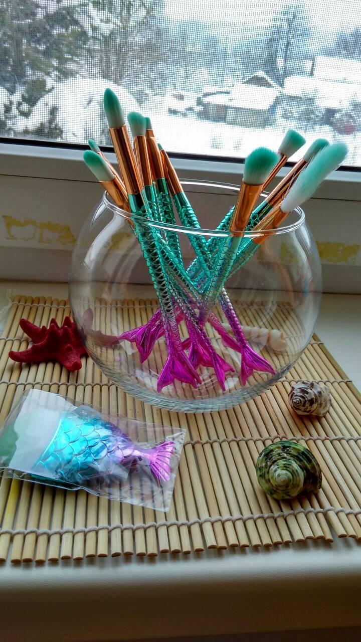 Кисточки для макияжа в аквариуме