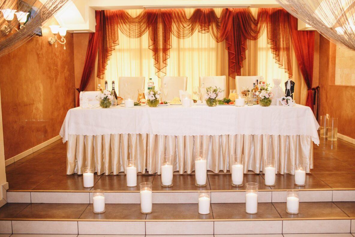 Оформление свадьбы насыпными свечами