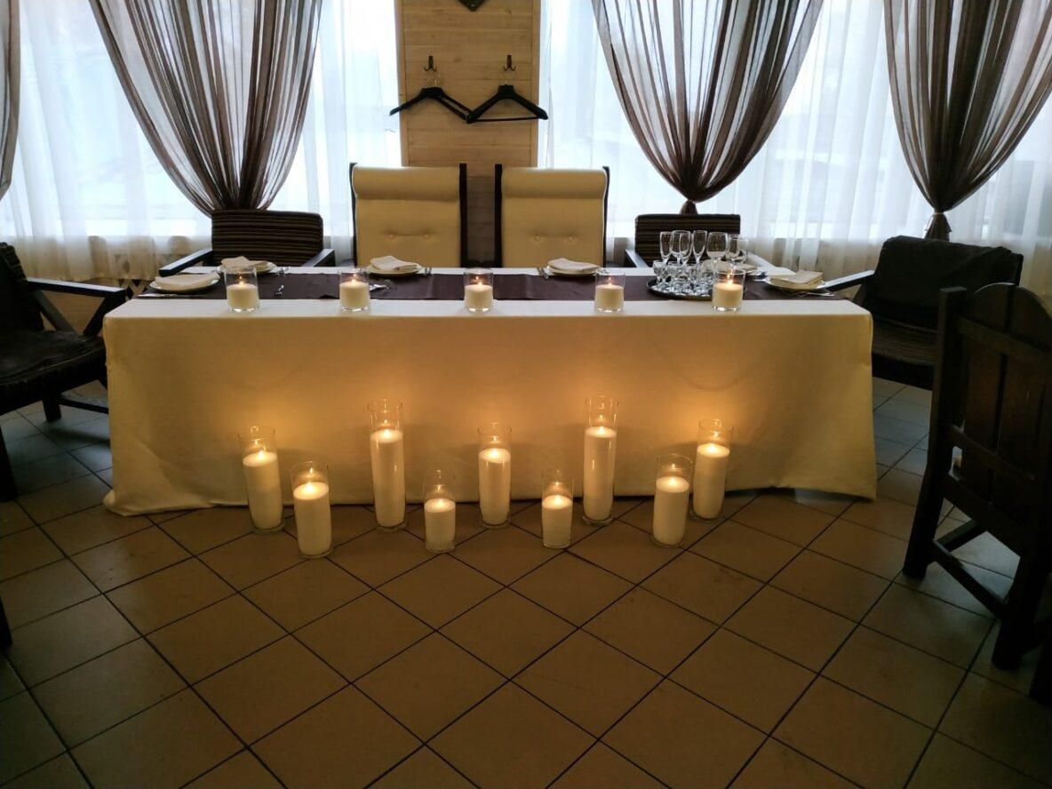 Оформление серебряной свадьбы насыпными свечами в ресторане
