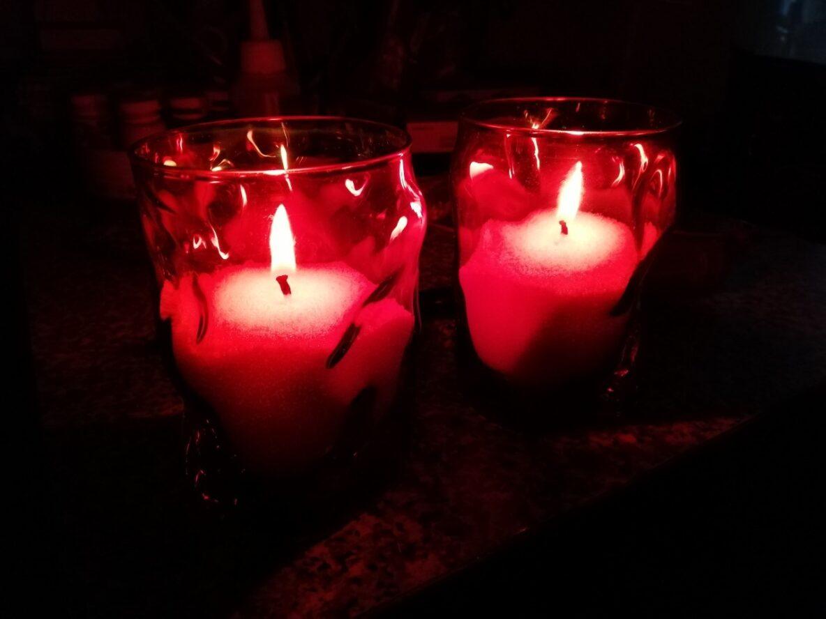 Насыпные свечи в красных подсвечниках