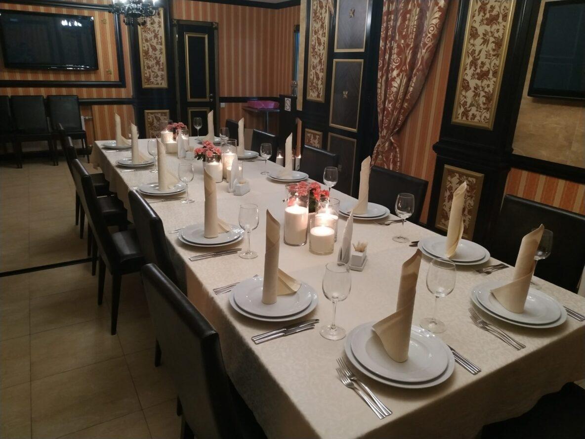 Оформление насыпными свечами свадебного зала в ресторане
