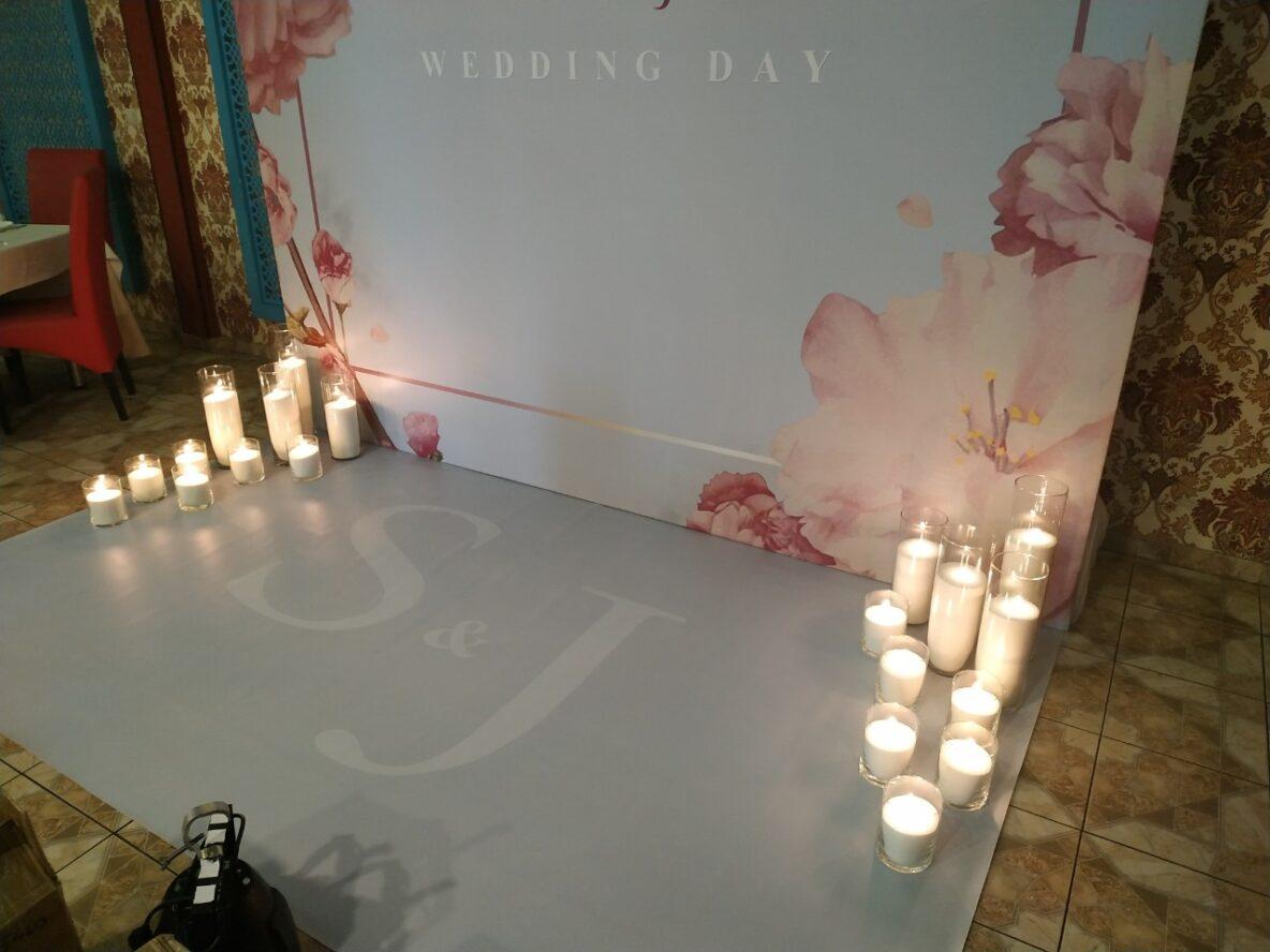 Оформление насыпными свечами свадебной арки в кафе