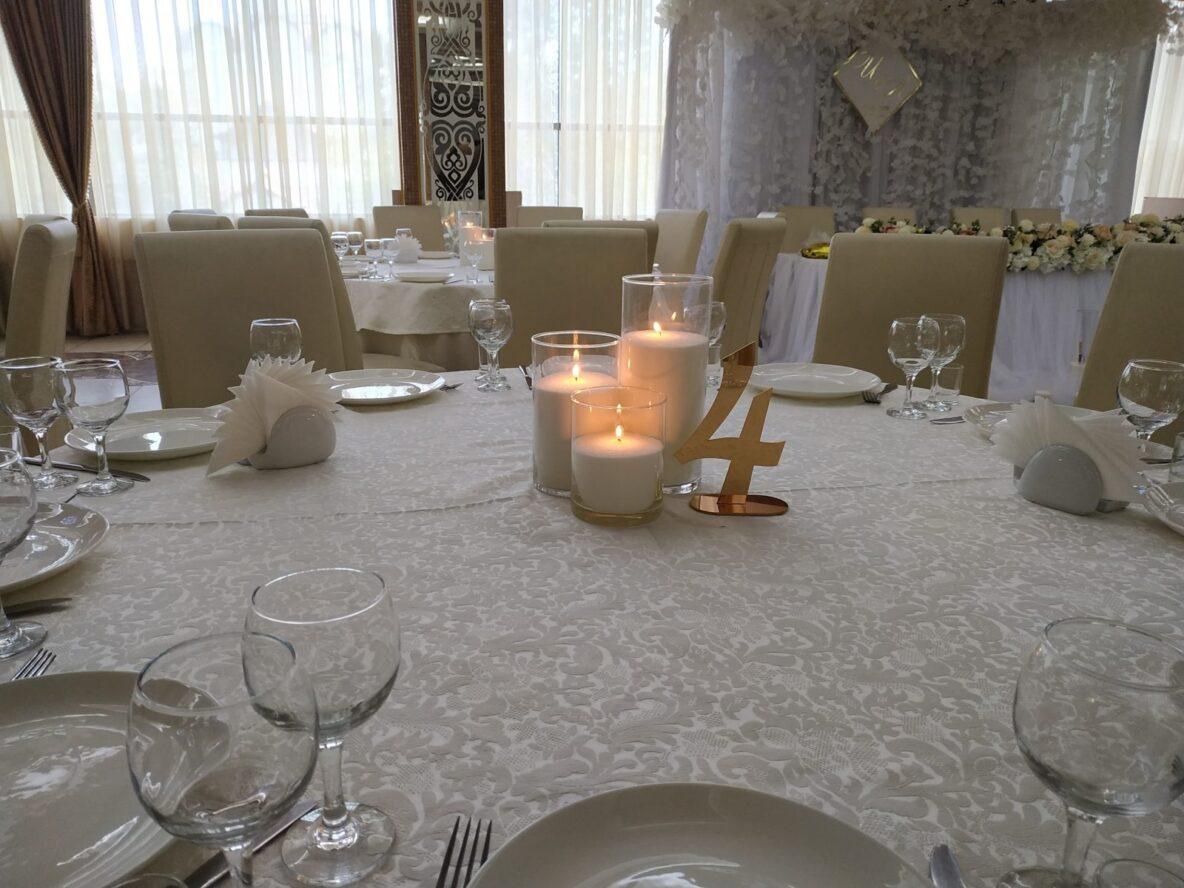 Оформление насыпными свечами свадьбы в ресторане