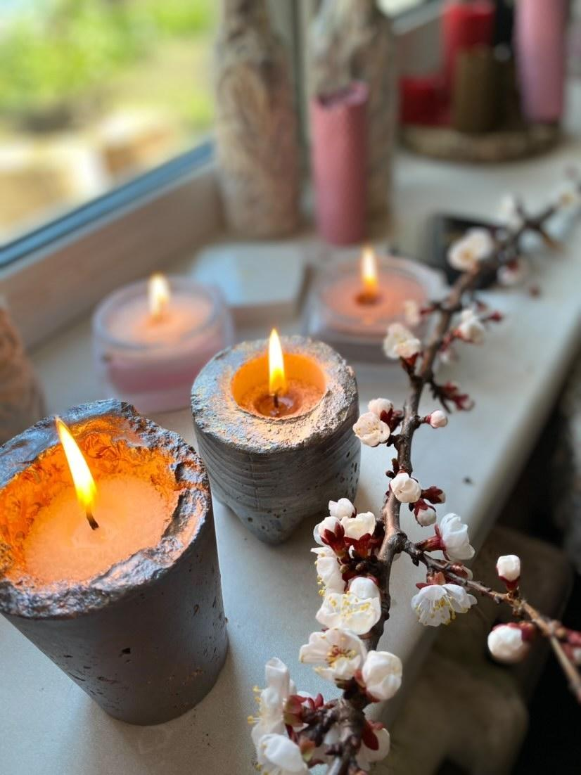 Насыпные свечи в бетонных подсвечниках